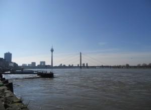 Rhein bei Düsseldorf - Hochwasser und Panoramablick
